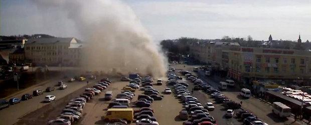 Se intampla in Rusia: Un gheizer urias erupe in mijlocul unei parcari
