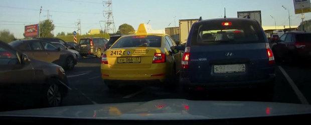 Se-ntampla si lucruri bune in traficul din Rusia: soferul care ajuta un taximetrist