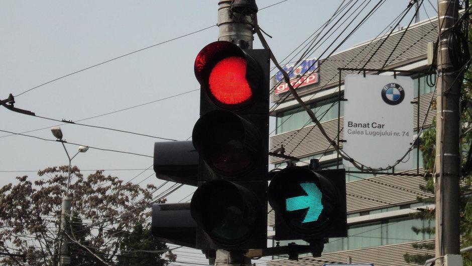 Semafor verde intermitent la dreapta: cine are voie sa stea pe prima banda?