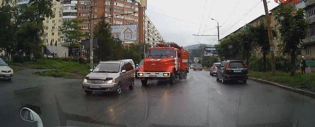 Seria noua de accidente filmate in Rusia ne demonstreaza ca soferii nu prea s-au dus la scoala