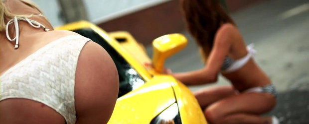 Sexy Car Wash: Patru iepurasi spala un Lamborghini Gallardo V10
