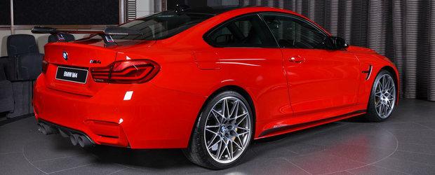 Showroom-ul BMW din Abu Dhabi face senzatie din nou. De aceasta data cu un BMW M4 in Ferrari Red