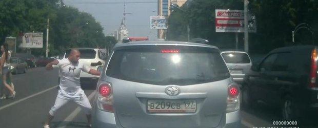 Si rusii au cocalarul lor in trafic. Conduce un Cayenne 'tunarit'