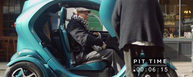 Sir Stirling Moss conduce un Renault Twizy si pare destul de multumit!