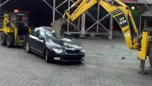 Skoda Superb vs. Excavator