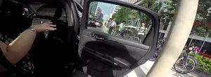 Soferi, atentie la biciclisti! Compilatie cu biciclisti loviti de portierele deschise prosteste