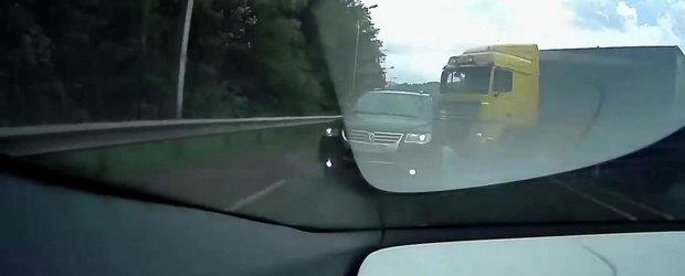 Soferul unui VW Touareg evita la limita impactul cu un tir
