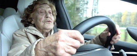 Sondaj: crezi ca persoanele in varsta ar trebui sa mai conduca?