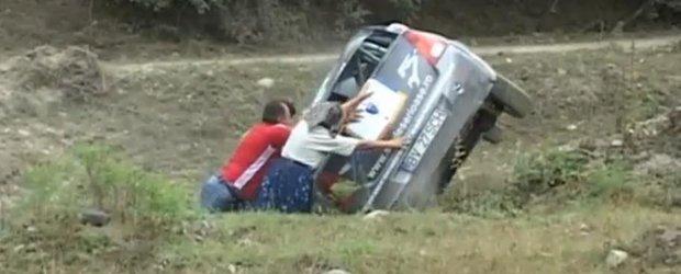 Super-Bunica de la Raliul Aradului: o batrana pune osul la treaba si rastoarna o masina