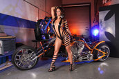 Super Pictorial: Bruneta Focoasa plus Chopper Custom egal Victorie!