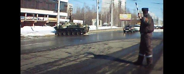 Tanc vs. stalp in traficul din Rusia