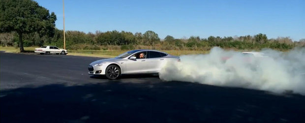 Tesla Model S vs Pontiac Firebird '68: Care se descurca mai bine la burnout?