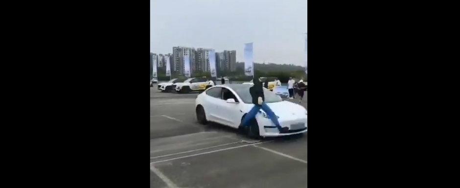 Tesla pe lista rusinii. Un Model 3 esueaza lamentabil si ia in plin un manechin de teste