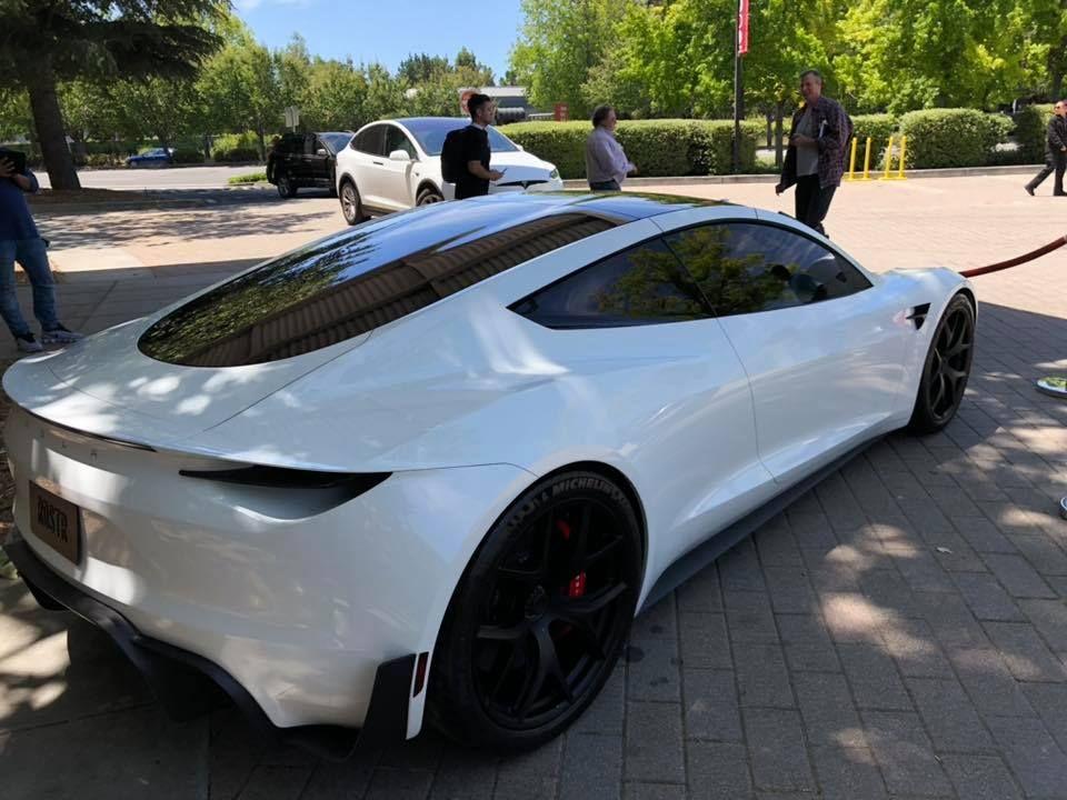 Tesla Roadster pe alb - Tesla Roadster pe alb