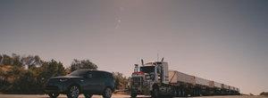 Test extrem: un Land Rover Discovery a tractat cu succes un TIR de 110 tone cu 7 remorci