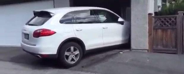 Tipu' asta ar darama si garajul numai sa-si parcheze odata Porsche-le ala.