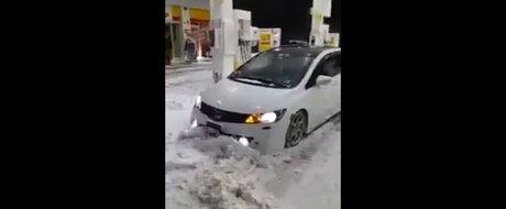 Tipul ASTA da zapada dintr-o benzinarie cu... spoilerul masinii