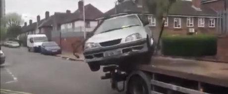 Tipul asta pare cam suparat pe hingherii de masini...
