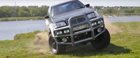 Tipul asta si-a construit un off-roader unic. A folosit un camion rusesc si...un MERCEDES S-CLASS