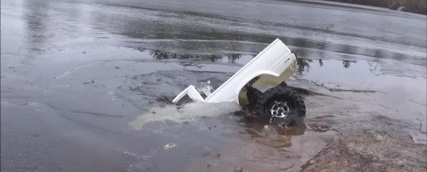 Toyota asta Hilux cu radiocomanda ne arata ce inseamna off-road extrem pe sub apa
