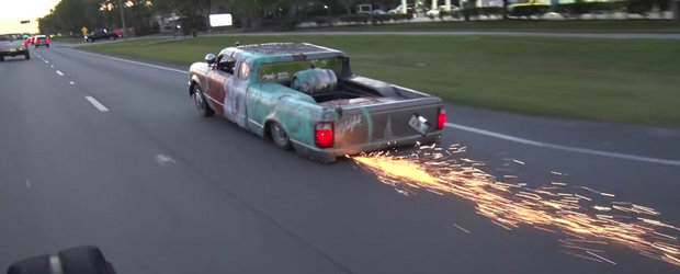 Tuning mai absurd ca asta nu exista in toata lumea: cea mai joasa camioneta zgarie asfaltul si scoate scantei