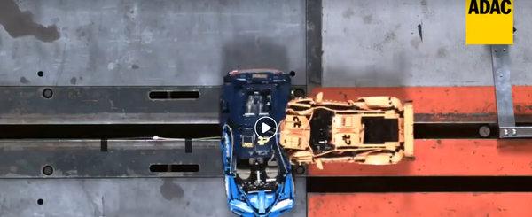 Un alt fel de crash test. Uite cum se comporta la impact masinile din LEGO