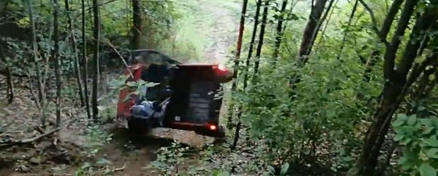 Un ATV Yamaha Rhino se rastoarna in off-road