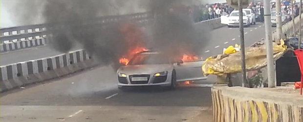 Un Audi R8 sfarseste in flacari pe o strada din Mumbai
