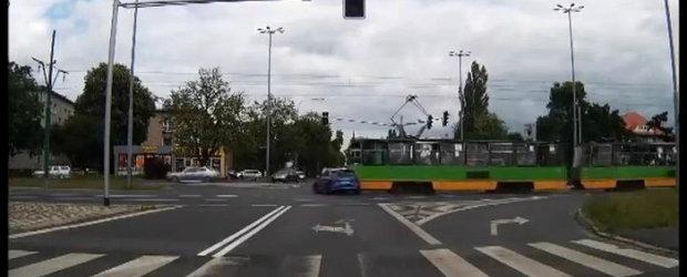 Un Audi RS6 care nu opreste la rosu sfarseste intr-un tramvai