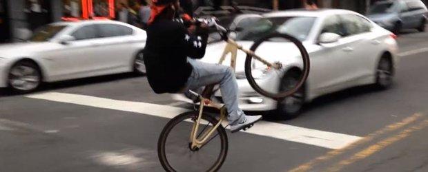 Un biciclist absolut nebun ne arata ce sa nu facem pe 2 roti printre masini