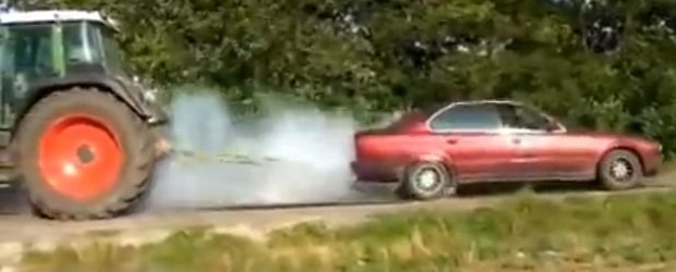 Un BMW se trage de sireturi cu un tractor
