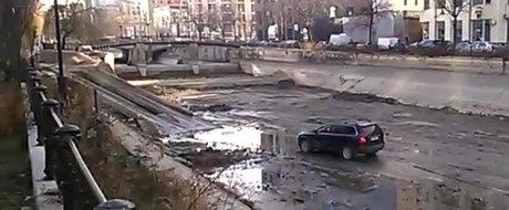 Un bucurestean se plimba cu masina in albia raului Dambovita, in centrul capitalei