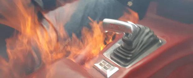 Un Camaro de 700 cp ia foc in timp ce merge, tatal si fiul abia reusesc sa scape