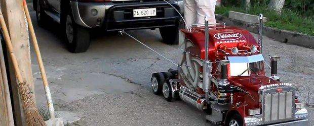 Un camion de jucarie trage o masina de peste 2 tone