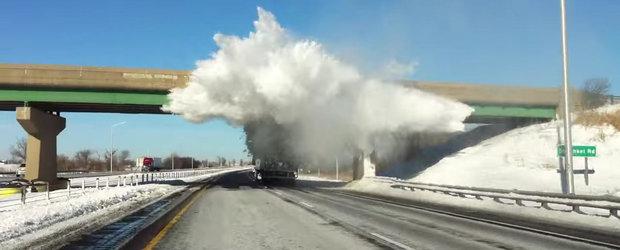 Un camion necuratat de zapada ne arata cea mai spectaculoasa ninsoare... artificiala