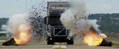 Un camion Volvo e distrus... doar pentru a fi apoi reparat
