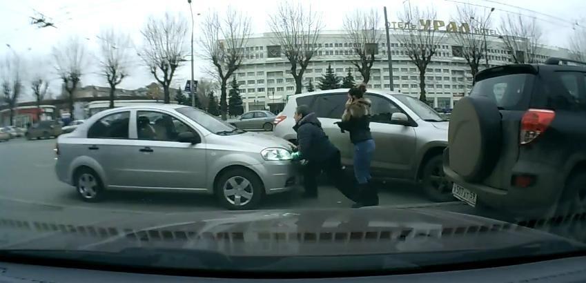 Un Chevrolet Aveo fara sofer ataca niste pietoni