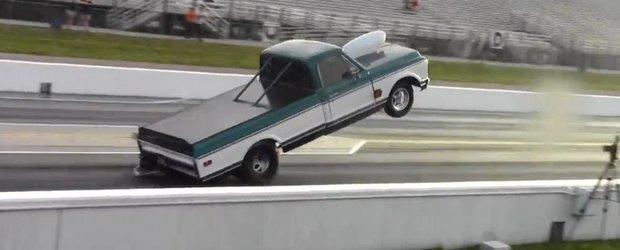 Un Chevrolet cu motor de peste 10 litri face wheelie