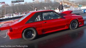 Un Ford Mustang de drag-race intra direct in parapetul despartitor, se face praf