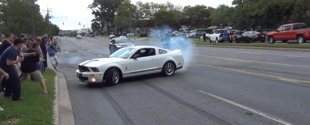 Un Ford Mustang Shelby GT500 isi pedepseste spectatorii
