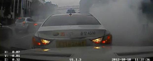 Un Hyundai Sonata accelereaza din senin in plin trafic
