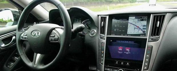 Un Infiniti Q50 se conduce singur pe autostrada, cu 100 km/h