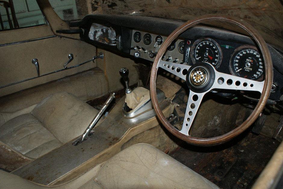 Un Jaguar E-Type original din 1963 legat de The Beatles a fost gasit intr-un hambar