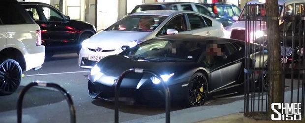 Un Lamborghini Aventador este luat la tinta de un mar in Londra