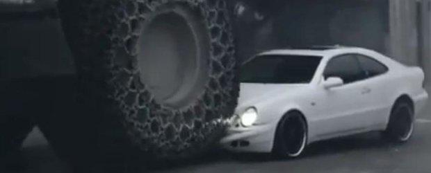 Un Mercedes-Benz CLK este facut afis de un excavator urias