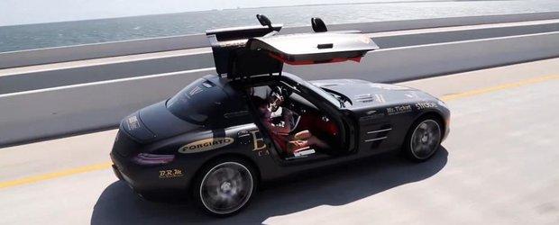 Un Mercedes-Benz SLS AMG e in calduri si merge cu usile deschise pe autostrada