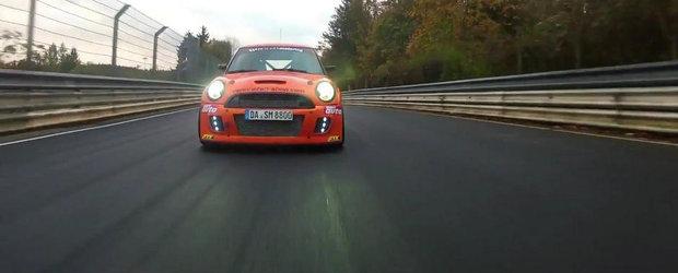 Un MINI Cooper care baga spaima in Porsche-uri si Ferrari-uri