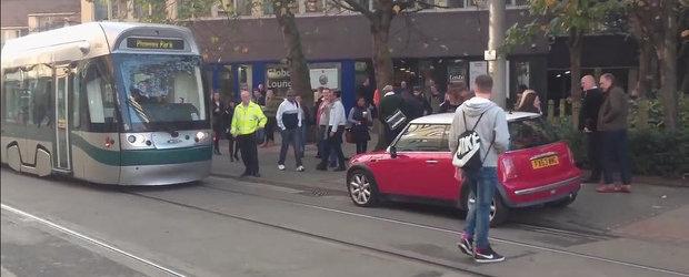 Un Mini e luat pe sus pentru a elibera linia de tramvai