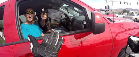 Un motociclist e amenintat cu arma de niste aborigeni cazuti din copac, undeva prin Texas
