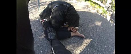 Un motociclist o salveaza pe o femeie sinucigasa si devine eroul nostru!